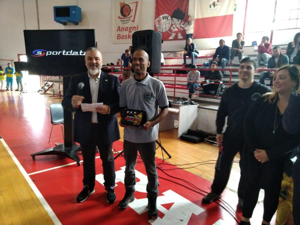 presidente da LNKF recebendo homenagem no campeonato na Itália